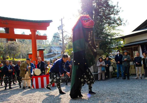 敢国神社獅子神楽(背つぎ)